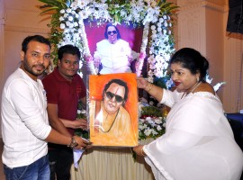 Deevya Jain and her son Ayushman Jain kept 1st death anniversary function of Ravindra Jain at Ajivasan hall, Juhu where people from all walks of life came to pay tribute. Anup Jalota and Suresh Wadkar sang few bhajans on this occasion. Hema Malini also came to pay tribute to music composer and singer Ravindra Jain.