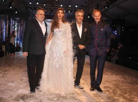 Celebs like Amitabh Bachchan, Sonali Bendre, Karan Johar, Abhishek Bachchan, Filmmaker Abhishek Kapoor, Pragya Yadav, Jaya Bachchan and others Cheer for Shweta Nanda as she Walks the Ramp.