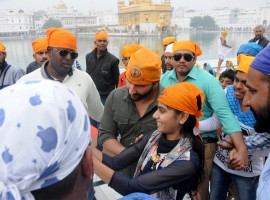 Photos of Bollywood Actor Saif Ali Khan pays obeisance at the Golden temple in Amritsar on Nov 23, 2016.