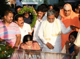 Karnataka Chief Minister Siddaramaiah pays his last respect to Karnataka Minister HS Mahadeva Prasad, who passed away after suffering heart attack in Mysuru on Jan 3, 2017.