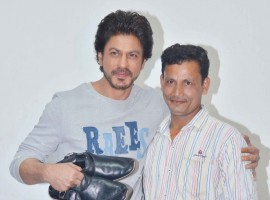 SRK's forthcoming film Raees has created a surround sounds of sorts with the entire buzz the content has been creating. What's more is that the dialogues of the film which have been identified as the most unique ones have started tracking and how amongst the regular audiences. So much so that its now become a vocubulary addition to everyone's language. One such man who has resonated with the dialogue is cobbler Shyam Bahadur who runs a small shop in the suburbs. Shyam to express the love for his dialogue Koi Dhanda Chota Nahi Hota aur Dhande Se Bada Koi Dharm Nahi Hota went ahead to put out a board of the line on his small shop.