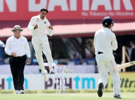 Debutant left-arm wrist spinner Kuldeep Yadav's three wickets put Australia on the backfoot, even as skipper Steve Smith's 20th Test ton helped the visitors reach 208/6 at tea on the opening day of the fourth and final cricket Test here on Saturday.