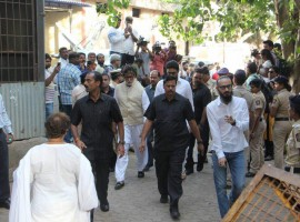Abhishek Bachchan, Amitabh Bachchan pay last respect to Vinod Khanna.