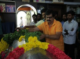 South Indian actor Vivek pay his last respect to Vinu Chakravarthy.