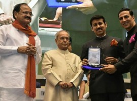 Actor Akshay Kumar receive Special Jury Award for Munthirivallikal Thalirkkumbol, Janatha Garage & Pulimurugan at 64th National Film Awards.