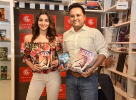 Ace Bollywood actress, Alia Bhatt graced the trailer launch of Amish's highly-anticipated book, 'Sita - Warrior of Mithila' held on 16th May at Granth Bookstore, Juhu. Amish along with Alia unveiled the fearless warrior visual of Lady Sita through the unique book trailer.