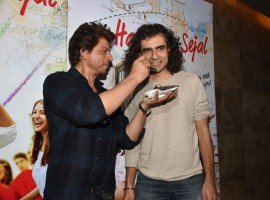 The director of the upcoming flick Jab Harry met Sejal was accompanied by his daughter Ida Ali and king Khan and few close friends. Shahrukh Khan greeted Imtiaz Ali with warm birthday hug and both of them were seen treating each other with birthday cake.