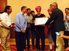 Shah Rukh Khan accepted the Honorary Membership conferred to him by the Jodhpur Tourist Guide Association and visited Jodhpur for the same today. Altering the promotional schedule for his upcoming film 'Jab Harry met Sejal' Shah Rukh Khan detoured his Jaipur visit and made a stop at Jodhpur to accept the honour.