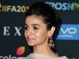 Actress Alia Bhatt stuns at IIFA award 2017 red carpet event.