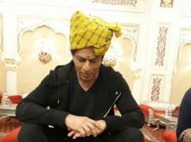 Shah Rukh Khan who has been on a promotional spree, visited Jaipur yesterday to interact with the masses. The actor has been receiving immense love from the Rajasthani's who have been leaving no stone unturned in making SRK's visit a memorable one. The actor was hosted by a renowned Rajasthani restaurant and was treated with a special Rajasthani Thali. It was for the first time that Shah Rukh was relishing on authentic Rajasthani cuisine and the actor made most of his appetite.
