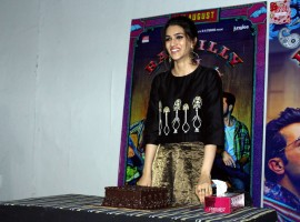 Kriti Sanon yesterday celebrated her birthday with Bareilly Ki Barfi themed cake. Kriti Sanon had a working birthday yesterday as she was busy with the promotions of her upcoming film Bareilly Ki Barfi. However, the team of Bareilly Ki Barfi had ordered a special Bareilly Ki Barfi themed cake for her. Kriti Sanon was accompanied by Ayushmann Khurrana, Rajkummar Rao, director Ashwiny Iyer Tiwari, creative producer Juno Chopra, Priti Shahani on her birthday.