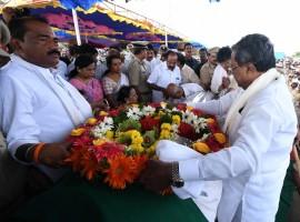 Karnataka Chief Minister Siddaramaiah pays last respect to Former Karnataka Chief Minister N. Dharam Singh in Kalaburagi.