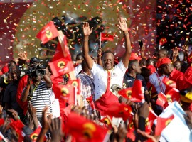 Kenya's President Uhuru Kenyatta waves to supporters during the last Jubilee Party campaign rally ahead of the August 8 election in Nakuru, Kenya August 5, 2017. Nervous Kenyans stockpiled food and water on Monday and police prepared emergency first aid kits as families headed to their ethnic heartlands on the eve of an election many fear could descend into violence.