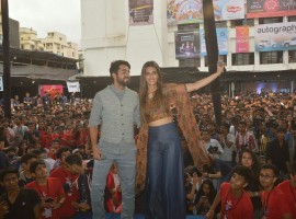 Kriti Sanon and Ayushmann Khurrana had recently attended the Umang Festival held at NM college to promote their film, Bareilly Ki Barfi. A lot of students had amassed at the college auditorium to catch a glimpse of their favorite stars. There was no limitation to the happiness of students when they saw Kriti and Ayushmann.