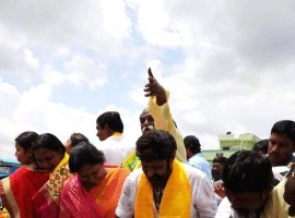 Actor-politician Nandamuri Balakrishna caught distributing money to voters. The incident happened on Wednesday night when he was in Nandyal in Andhra Pradesh to campaign for the ruling Telugu Desam Party in a byelection.