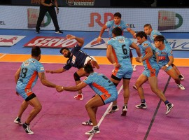Dabang Delhi came from behind to hold Bengal Warriors to a 31-31 tie in a second inter-zone challenge week tie of the Pro Kabaddi League Season 5 at the Netaji Subhas Chandra Bose Indoor Stadium here on Thursday. After a first half where none of the teams could be separated, Bengal had taken an upper hand in the second but Delhi fought valiantly to come back and share the honours.