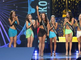 Miss North Dakota Cara Mund was crowned as Miss America 2018, during the final night of competition in Atlantic City, New Jersey. The new Miss America was announced on Sunday night, where Mund took over the crown from the 2017 Miss America, Savvy Shields, reports aceshowbiz.com.