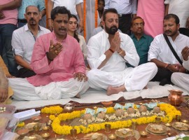 Bollywood actor Sanjay Dutt performed 'Shraadh' (memorial ceremony) for his late parents, actors Sunil Dutt and Nargis Dutt, here on Wednesday. Sanjay flew into the temple town in a chartered plane and drove to Rani Ghat to perform the ritual, considered auspicious during the ongoing 15-day 'Shraadh' period, preceeding the Navratris. Eight Brahmins performed the puja and helped him do the 'Pind Daan' (symbolic feeding of ancestors). His co-star in the soon-to-be-released