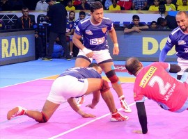 U Mumba kept their play-offs hopes alive beating Dabang Delhi 30-28 in the opening game of the Delhi leg of the Pro Kabaddi League (PKL) season 5 at the Thyagaraj Sports Complex here on Friday. Shrikant Jadhav scored 10 points whereas Kashiling Adake chipped in with seven points for U Mumba, who are now third in Zone A with 44 points from 16 matches.  The hosts squandered their early nine-point lead in the first half and couldn't keep their composure in the last five minutes to languish at the bottom of the table in Zone A with 29 points from 13 matches.
