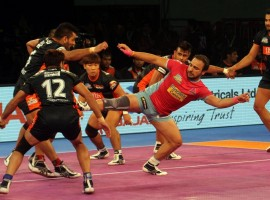 Maninder Singhs brilliant raiding show helped Bengal Warriors beat Jaipur Pink Panthers 32-31 in Inter Zone Challenge Week of the fifth Pro Kabaddi League (PKL) here on Sunday. In a thrilling contest, Maninder (16 points) got a crucial bonus point in the last seconds to win it for Bengal. Pawan Kumar scored 14 points for Jaipur.