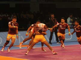 Continuing their good form in the Chennai leg, Puneri Paltan edged past UP Yoddha 34-33 in the Inter Zone Challenge Week of the fifth Pro Kabaddi League here on Saturday. The star against Tamil Thalaivas in Friday's match, Pune's skipper Deepak Hooda scored three super raids and ended with 16 points for His team. On the other hand, Sagar Krishna scored six tackle points for UP Yoddha and Rishank Devadiga contributed nine tackle points.
