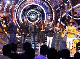 As Sunday comes to light, the contestants are in for a surprise as the team of Golmaal Again visit the Bigg Boss House. Shreyas Talpade, Kunal Khemu, Parineeti Chopra and Tushar Kapoor secretly enter the house with the sole aim of disrupting the contestants' mind-space with tongue-in-cheek comedy moments. The contestants on the other hand are given a task to ignore everything in the house, even the 4 Golmaal Again stars that are currently spreading comedy in the premises. The gang brings with them a surprise – quirky and outlandish gifts for the contestants.
