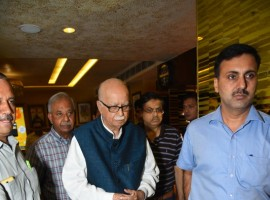 Aamir Khan has been on a promotional spree for Secret Superstar. The actor has been touring multiple cities. Recently Aamir Khan visited Delhi for the promotions of Secret Superstar. While in Delhi, the Dangal star organized a special screening of Secret Superstar for renowned politician LK Advani and his family. LK Advani graced the special screening of Secret Superstar with his daughter and her friends. Aamir Khan warmly greeted the politician and his family at the screening.
