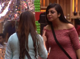 Keeping with the tradition of a panel discussion, today's episode features News Anchor Saurav Sharma, TV's sweetheart Sargun Mehta and ex-Bigg Boss contestant Manu Punjabi as they talk about the ongoings of the current season. Meanwhile, in a surprising turn of events, arch-nemesis Shilpa and Vikas take the first step towards starting a new friendship. Shilpa pacifies the situation by advising Vikas to keep a calm and composed mind in order to survive in the house. Soon, an argument breaks between Shilpa and Arshi about cleanliness and hygiene in the house as Shilpa points out Arshi's habit of leaving things lying around.