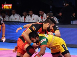Bengaluru Bulls and Patna Pirates played out a hard-fought 29-29 draw in a Vivo Pro Kabaddi (PKL) contest here on Wednesday.