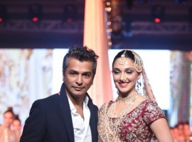 Vikram Phadnis and Kiara Advani during the IBFW showcasing.