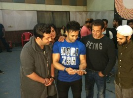 Salman Khan aka Bhai Jaan of Bollywood made an impromptu visit to the 'Furey Returns' team at Mehboob Studios in Mumbai. The Superstar not only had a chat with the Fukras but also gave a thumbs up to the upcoming song 'Tu Mera Bhai Nahi' from 'Fukrey Returns'. Pulkit Samrat, Varun Sharma, Richa Chadha and Manjot Singh were currently busy in promotions of the film, while the Superstar Salman Khan surprised everyone with his impromptu visit at Mehboob studios.