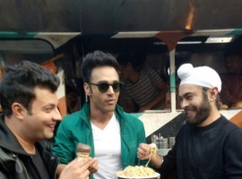 Fukrey's story is based in Delhi, and as we saw in the first part, the boys go and have the common and famous food in Delhi, like Chole Bhatture. This time in the movie they will be seen visiting many more places, but before the release of the movie they did a creative campaign of visiting all the famous spots of the city.