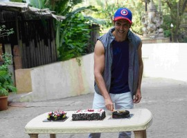 Huge fans of the superstar, Hrithik Roshan started arriving in the narrow lane of his Juhu home from the early morning hours on 10th January. They had come from across the country in the hope to catch a glimpse of their idol and to celebrate his birthday.