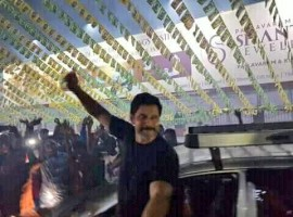 Chiyaan Vikram waves to the fans as he arrives at Vettri Theatre for Sketch FDFS in chennai.