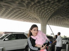Soha Ali Khan was spotted with her daughter Inaaya Naumi Kemmu at Mumbai Airport.