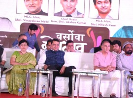 (L-R) Hon. Dr. Bharati Lavekar, MLA - Versova Constituency, Shri. Devendra Fadnavis, Chief Minister, Maharashtra, Actor Akshay Kumar and Dancer and choreographer Remo D'souza at Sanitary Pad Machine launch.