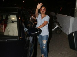 Bollywood actress Rani Mukerji looks cool in grey t-shirt and blue jeans as she snapped at Bandra.