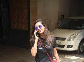 Actress Esha Gupta was clicked by the paparazzi in Bandra.