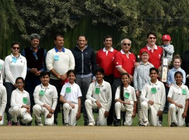 After visiting Jama Masjid, Trudeau plays cricket with Kapil Dev and Mohammad Azharuddin.