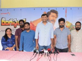 Telugu movie Rangasthalam press meet event held at Hyderabad. Celebs like Sukumar, Chandrabose, Art director Ramakrishna and others graced the event.