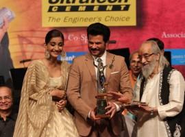 Sonam along with Anil Kapoor at the Dinanath Mangeshkar Awards