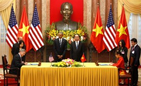 Ray Corner, President and CEO of Boeing Commercial Airplanes and Vietjet CEO Nguyen Thi Phuong Thao sign a contract as President Obama and his Vietnamese counterpart Tran Dai Quang look on at the Presidential Palace in Hanoi.