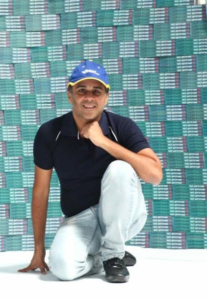 Chetan Bhagat turns Flipkart delivery boy
