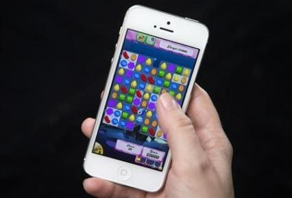 iPhone playing candy crush