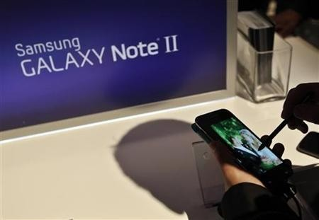 A person uses the Galaxy Note II after a news conference announcing Samsung's update to its phone-tablet hybrid in New York, October 24, 2012.