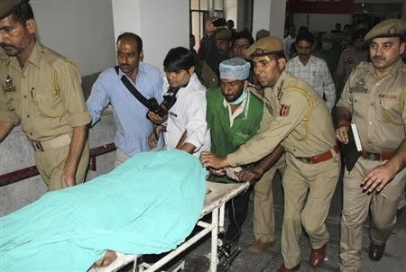 Police and hospital staff shift Sanaullah Haq, a Pakistani prisoner, to an intensive care ward in a hospital in Jammu May 3, 2013.