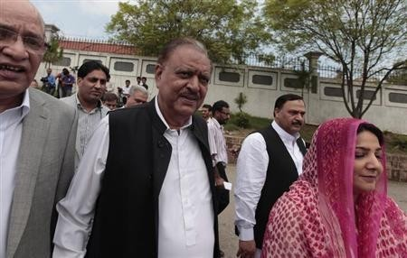 Mamnoon Hussain (C), presidential candidate of the Pakistan Muslim League-Nawaz (PML-N) party, arrives to submit his nomination papers for the upcoming presidential election at the High Court in Islamabad July 24, 2013.
