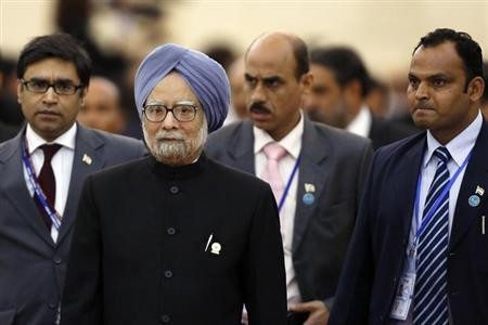 Indian Prime Minister Manmohan Singh (2nd L) is followed by his staff as he leaves a session of the 21st ASEAN (Association of Southeast Asian Nations) and East Asia summits in Phnom Penh November 20, 2012.