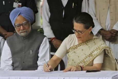 Prime Minister Manmohan Singh (L) and the President of the Indian National Congress, Sonia Gandhi