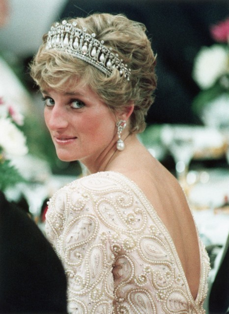 Prince diana party looks,diana princess stylish looks,princess diana gowns,princess diana wedding,fashion icon princess diana